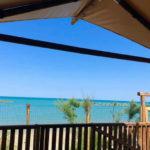 Villa Alwin Beach Resort uitzicht vanaf overdekt terras safaritentt terras sa