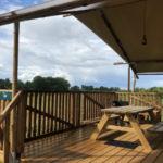 Village Flottant de Pressac: overdekt terras van safaritent met uitzicht