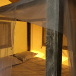 Village Flottant de Pressac: twee persoons slaapkamer met hemelbed