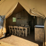 Village Flottant de Pressac: eettafel safaritent