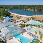 Bovenaanzicht zwembad en meer - Les Alicourts